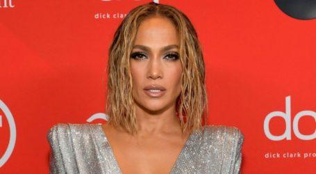 Jennifer Lopez: Καλωσόρισε το 2021 από την παραλία με κόκκινο μπικίνι
