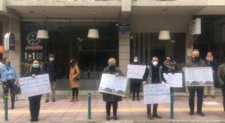 Εκπαιδευτικοί διαμαρτυρήθηκαν την Περιφερειακή Διεύθυνση Εκπαίδευσης Θεσσαλίας ζητώντας ανοιχτά σχολεία με μέτρα προστασίας (φωτο)