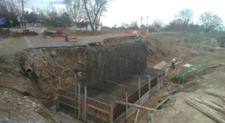Ολοκληρώνονται οι εργασίες θεμελίωσης της νέας γέφυρας στο ρέμα Πουρί στον Αγιόκαμπο