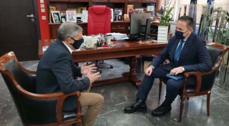 Έφθασε στη Λάρισα ο αν. υπουργός Εσωτερικών Στέλιος Πέτσας – Συναντάται με τον περιφερειάρχη