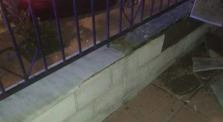 Απίστευτο τροχαίο σε πολύπαθο δρόμο στη Λάρισα – Γκρέμισε τοιχίο και «μπούκαρε» σε αυλή σπιτιού – Δείτε φωτογραφίες