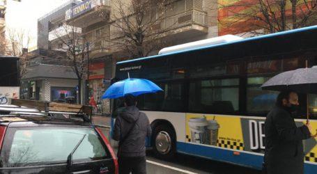 Έντονη βροχόπτωση στη Λάρισα με την κίνηση νωχελική στην πόλη – Δείτε φωτογραφίες