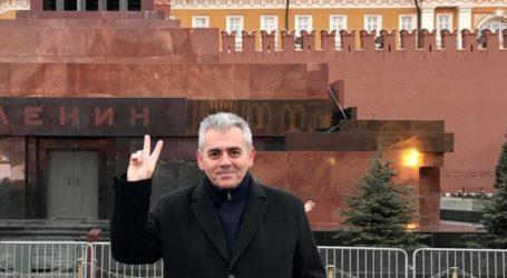 Γιορτάζει με φωτογραφία εποχής covid-free και με το σήμα της νίκης ο Χαρακόπουλος