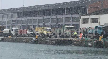 Βόλος: Χαμός στο λιμάνι για να μείνουν ανοιχτοί οι δρόμοι από τον χιονιά [εικόνες]