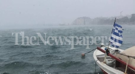 Έφτασε στον Παγασητικό το χιόνι – Δείτε τη θάλασσα να «αχνίζει»