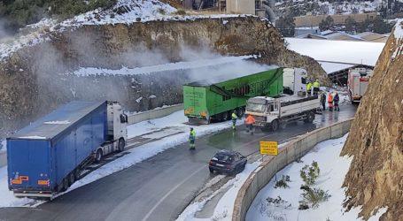 Βόλος: Φωτιά σε νταλίκα που ξεφόρτωσε στην ΑΓΕΤ Ηρακλής [εικόνες]