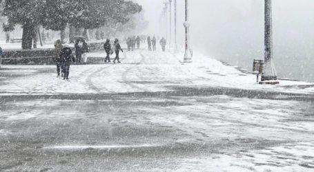Απολαμβάνουν το χιόνι στην παραλία οι Βολιώτες – Δείτε εικόνες
