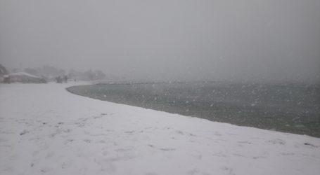Το χιόνι σκέπασε την παραλία του Αναύρου