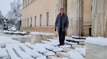 Με τον χιονιά στη Βουλή ο Μπουκώρος