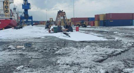 Βόλος: Το έστρωσε και στο λιμάνι – Επιχείρηση αποχιονισμού [εικόνες]