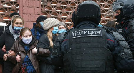 Συλλήψεις έξω από το δικαστήριο όπου πρόκειται να εμφανιστεί ο αντιπολιτευόμενος Ναβάλνι