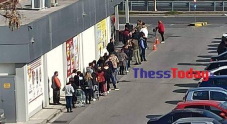 Ουρές δεκάδων μέτρων στα σούπερ μάρκετ της Θεσσαλονίκης