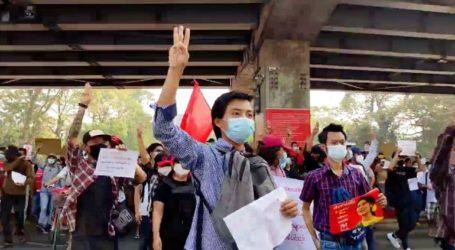 Δεκάδες χιλιάδες άνθρωποι διαδηλώνουν κατά του πραξικοπήματος