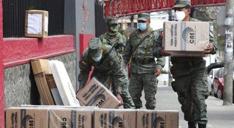Οι ψηφοφόροι καλούνται στις κάλπες σε ατμόσφαιρα πόλωσης εν μέσω πανδημίας