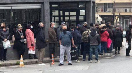Απίστευτη ουρά έξω από κατάστημα που μοιράζει δωρεάν φαγητό στη δυτική Θεσσαλονίκη