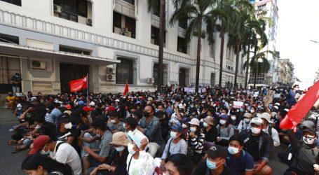 Η αστυνομία απειλεί με βίαιη διάλυση των διαδηλώσεων