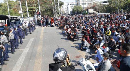 Η αστυνομία πυροβολεί στον αέρα για να διαλύσει τους διαδηλωτές