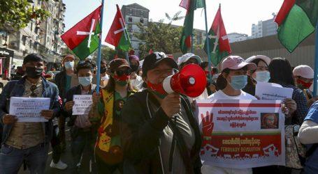 Για πέμπτη συνεχή ημέρα εκατοντάδες πολίτες διαδηλώνουν κατά του πραξικοπήματος