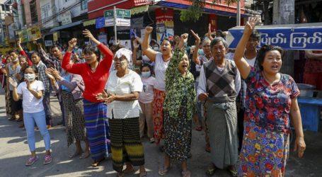 Εκατοντάδες χιλιάδες διαδηλωτές στους δρόμους παρά τις απειλές της χούντας