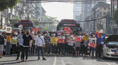 Πραξικόπημα στη Μιανμάρ: Χιλιάδες διαδηλωτές στη Ρανγκούν