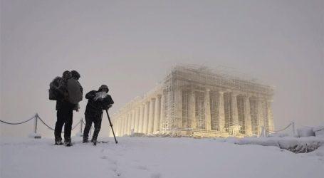 Μαγεύει η χιονισμένη Ακρόπολη από ψηλά