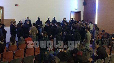 Δεκάδες προσαχθέντες από το Μοσχάτο κρατούνται χωρίς τήρηση της υγειονομικής ασφάλειας