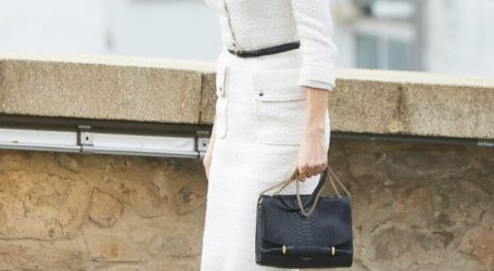 Η κομψή εμφάνιση της βασίλισσας Letizia με λευκό τουίντ φόρεμα