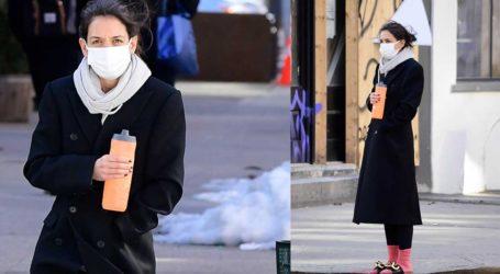 Socks-and-sandals: Ο τολμηρός συνδυασμός της Katie Holmes που τράβηξε τα βλέμματα!