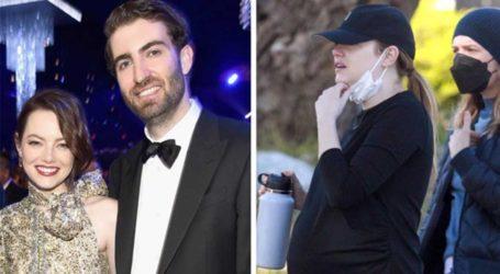 Οι παπαράτσι απαθανάτισαν την εγκυμονούσα Emma Stone να κάνει βόλτα στο Λος Άντζελες