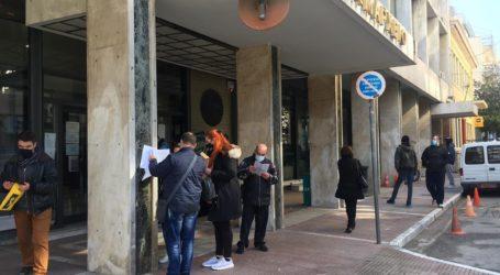 Σπεύδουν στο Δημαρχείο οι Λαρισαίοι για τις προσλήψεις (φωτο)