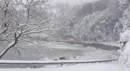 Εντυπωσιακό το τοπίο στα παράλια της Λάρισας – Το χιόνι άγγιξε το κύμα (φωτο)