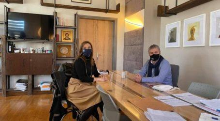 Συνάντηση Στέλλας Μπίζιου με τον δήμαρχο Αγιάς Αντώνη Γκουντάρα
