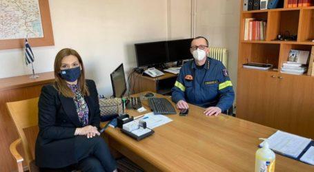 Η Στέλλα Μπίζιου με τους επικεφαλής των Πυροσβεστικών Υπηρεσιών Θεσσαλίας και Λάρισας