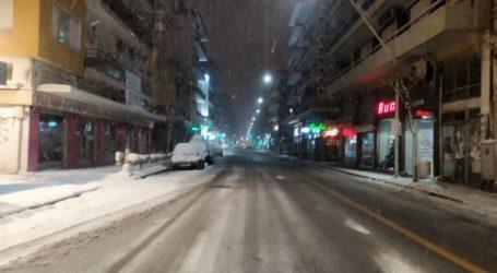 ΤΩΡΑ: Χιονίζει πάλι στον Βόλο