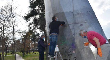 """Δράση της νεοσύστατης κίνησης """"Λάρισα, η πόλη μου"""": Καθάρισαν το μνημείο του Φιλόλαου από τα graffiti"""