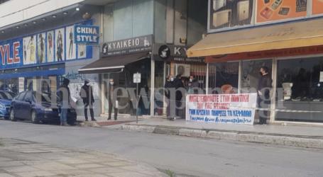 Διαμαρτυρία εμπόρων στην Εφορία Βόλου – «Η υπομονή μας εξαντλήθηκε»