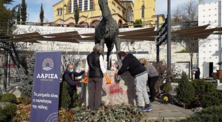 Υπάρχουν και αυτοί οι Λαρισαίοι: Καθάρισαν και το μνημείο στη γέφυρα Πηνειού