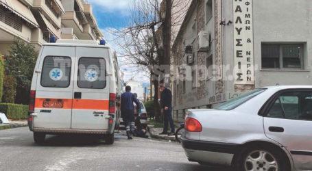 ΤΩΡΑ: ΙΧ παρέσυρε μηχανάκι delivery στον Βόλο – Ένας τραυματίας [εικόνες]