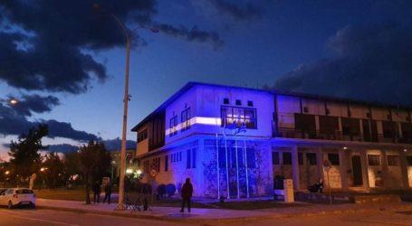 Στα χρώματα της ελληνικής σημαίας φωτίστηκε το Δημαρχείο Βόλου [εικόνες]