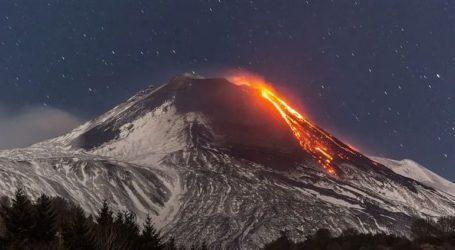 Νέφη τέφρας που εκλύεται από το ηφαίστειο Σανγκάι πλήττουν πέντε επαρχίες
