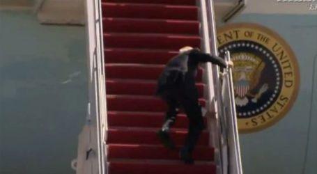 O Mπάιντεν σκόνταψε τρεις φορές στη σκάλα του Air Force One