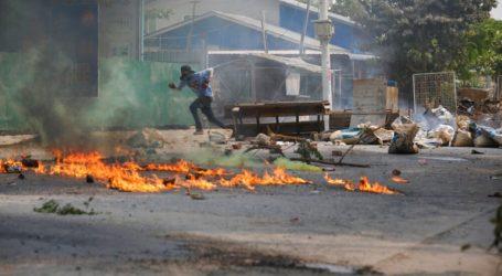 Η χούντα κατηγορεί τους διαδηλωτές για τη βία και απειλεί με περιορισμένη χρήση του ίντερνετ