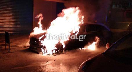 Στις φλόγες τυλίχθηκε σταθμευμένο ταξί στη Θεσσαλονίκη
