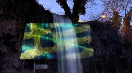 Oι καταρράκτες της Έδεσσας φωτίστηκαν με την γαλανόλευκη σημαία