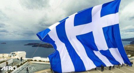 Εναέρια πλάνα από την τεράστια ελληνική σημαία στη Σαντορίνη
