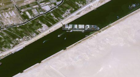 Βοήθεια στην Αίγυπτο για την αποκόλληση του πλοίου στη Διώρυγα του Σουέζ