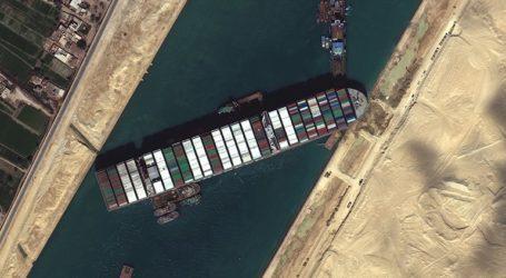 321 πλοία παραμένουν εγκλωβισμένα στη Διώρυγα του Σουέζ
