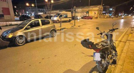 Σοβαρό τροχαίο στη Λάρισα: Αυτοκίνητο συγκρούστηκε με μηχανάκι – Στο νοσοκομείο 42χρονος