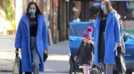 Irina Shayk: Βόλτα με την κόρη της φορώντας electric-blue παλτό!