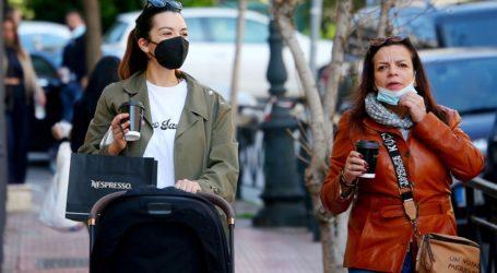 Νικολέττα Ράλλη: Βόλτα με την κόρη της και την μητέρα της στο κέντρο της πόλης